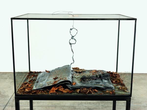 Ouroboros, 2014 Verre, métal, plomb, feuilles séchées et plastique 132 x 90 x 60 cm Collection particulière Photo : © Georges Poncet