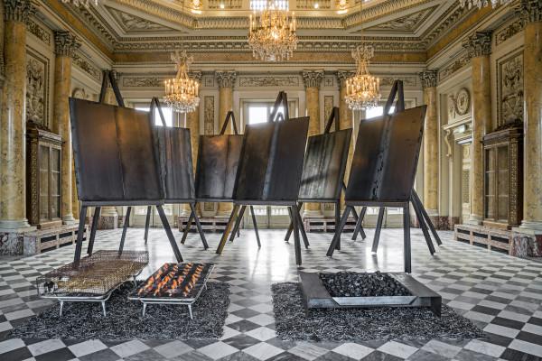 Jannis Kounellis, Senza titolo, 2016. Otto cavalletti in ferro che sorreggono lastre di acciaio con incisa la data di nascita dell'artista, 2016. Foto: Manolis Baboussis © Monnaie de Paris, 2016. Courtesy dell'artista