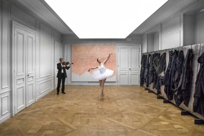 Senza titolo (Da Inventaresulposto), 1972. Olio su tela con frase da Pulcinella di Igor Stravinsky interpretata da ballerina e violoncellista. CourtesyViehof Collection, Mönchengladbach