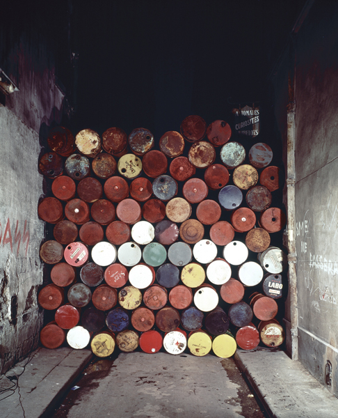 Christo and Jeanne Claude, Wall of Oil Barrels – Iron Curtain, Rue Visconti, Paris, 1961-62 June 27, 1962 89 oil barrels Photo Jean Dominique Lajoux © Christo 1962