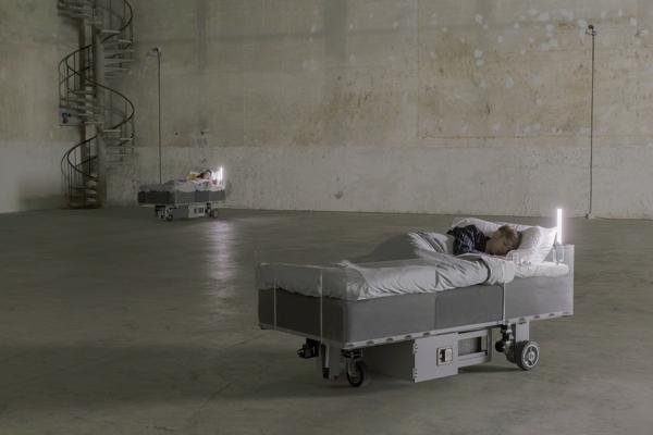 Carsten Höller, Two Roaming Beds (Grey), 2015 Courtesy dell'artista e Pirelli HangarBicocca, Milano. Foto: © Attilio Maranzano