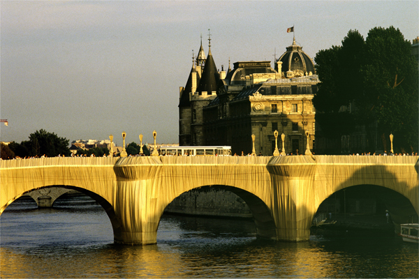 Christo et Jeanne Claude, Le Pont Neuf Empaqueté, Paris, 1975-85 Photo: Wolfgang Voltz © Crhisto 1985 in mostra Water Projects