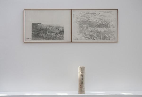 ecologEAST, veduta dell'opera di Ana Lupas, Installazione Umida / HumidInstallations, 1970, Fotografie stampate su carta, testo originale dell'artista, rotolo di tessuto originale, 70 x 100 cm ciascuna, 50 x 12, Courtesy dell'artista e P420, Bologna