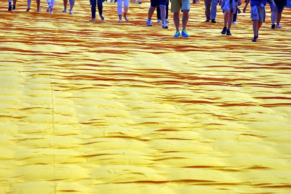 Christo- the floating piers - ph Harald Bischoff (Opera propria) [CC BY-SA 3.0 (http://creativecommons.org/licenses/by-sa/3.0)], attraverso Wikimedia Commons