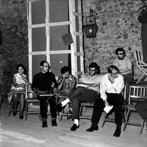 ARTE POVERA+AZIONI POVERE, AMALFI, OTTOBRE 1968. PAUSA IN PREPARAZIONE DI UN'ASSEMBLEA. DA DESTRA A SINISTRA: MARCELLO RUMMA (IN ALTO), FILIBERTO MENNA, GERMANO CELANT, ACHILLE BONITO OLIVA, TOMMASO TRINI. COURTESY LIA RUMMA ARCHIVES, NAPOLI-MILANO. FOTO BRUNO MANCONI