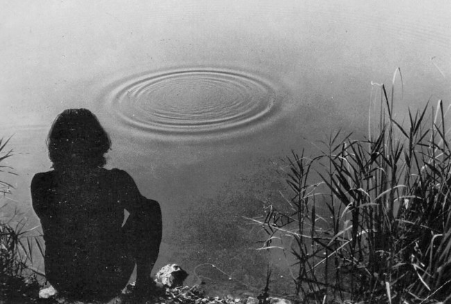 GINO DE DOMINICIS, TENTATIVO DI FAR FORMARE DEI QUADRATI INVECE CHE DEI CERCHI ATTORNO AD UN SASSO CHE CADE NELL'ACQUA, 1969, VIDEO PERDUTO.