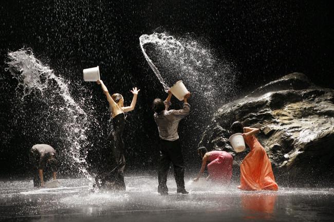 Scena dello spettacolo di Pina Bausch Vollmond. Wuppertal, maggio 2006. Foto: Laurent Philippe © Laurent Philippe