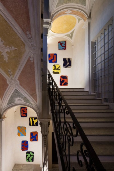 Carla Accardi, Ricomposte Tinte, ceramica policroma, dimensioni variabili, 18pezzi, 2000, courtesy Enrico Astuni, ph. Agostino Osio