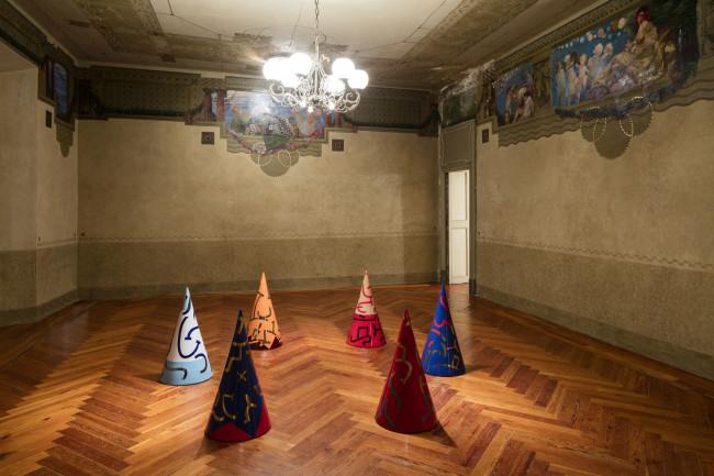 Carla Accardi, coni ceramica policroma, dimensioni variabili, 6 pezzi cad. cm 79 x ø 41, 2003, courtesy Galleria Enrico Astuni, ph. Agostino Osio