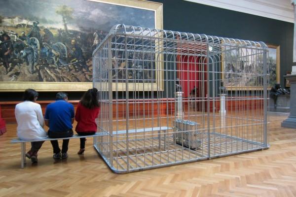 The cage the bench and the luggage, 2011. Acciaio zincato e valigia di alluminio con lucchetti e catena. Collezione dell'artista, Courtesy Zoo Zone Art Forum