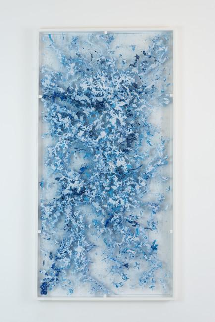 Alfredo Pirri, Arie, 2014. Plexiglass, piume e colore, 208 x 108 cm Courtesy collezione privata