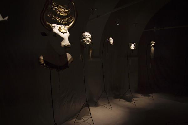 Wunderkammer 10. Adoratori di feticci esposizione per i 10 anni della compagnia Zaches; foto Francesca Marra