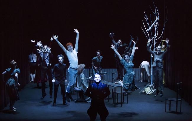 Hamletmachine, regia di Robert Wilson, foto di Lucie Jansch, in scena attori studenti dell'Accademia Nazionale d'Arte Drammatica Silvio D'Amico