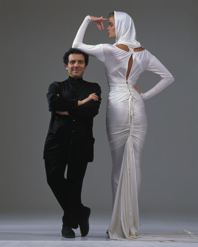 Azzedine Alaïa con Elle McPherson 1986. Photo by Gilles Bensimon. Courtesy of Azzedine Alaia Press Office