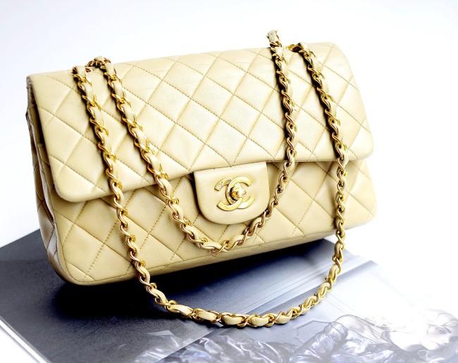 Moda e vintage. Una borsa che acquista valore con il tempo: il modello 2.55 di Chanel – Wikimedia Commons